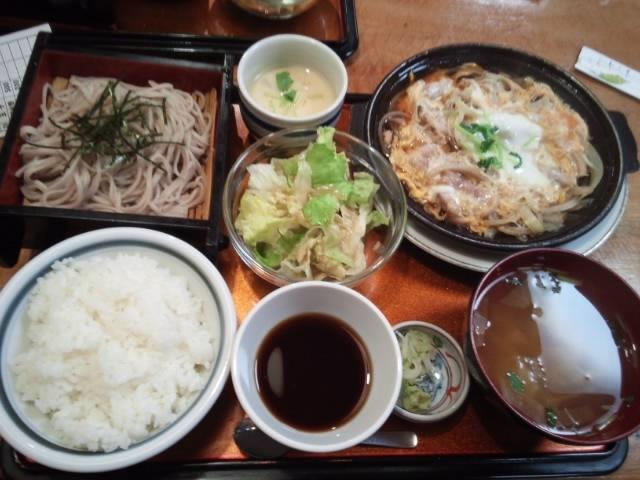 地鶏親子定食(850円)