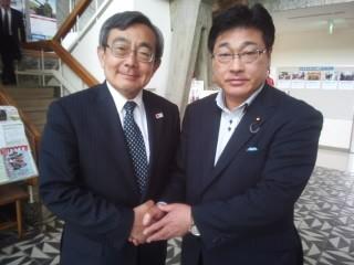 観光庁の久保成人長官(左側)